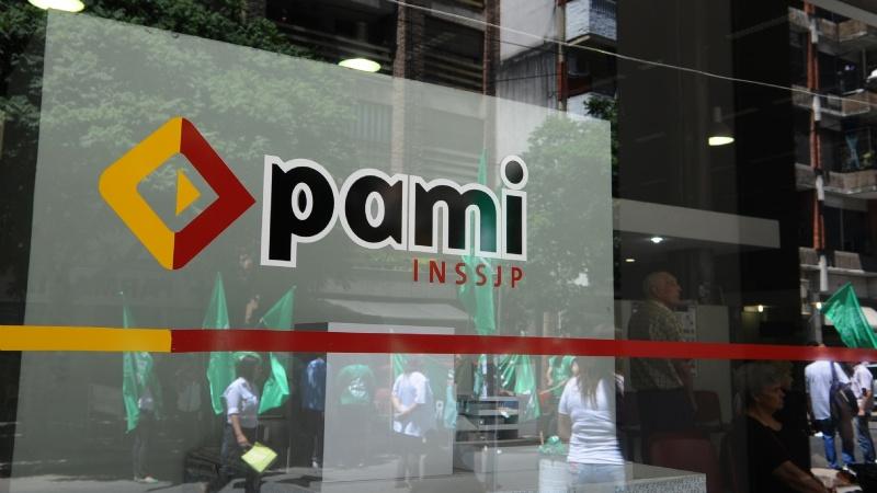 El PAMI frenó una licitación por la suba del dólar y dejó sin pañales a los jubilados