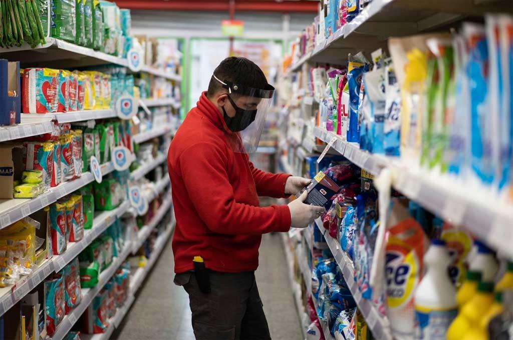 Para frenar la inflación, congelan precios de 900 productos de la canasta básica